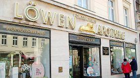 """Fontane kam 1819 in Neuruppin zur Welt, sein Vater Louis Henry war Apotheker. Das Geburtshaus, die """"Löwen-Apotheke"""" in der Karl-Marx-Straße 84, gibt es noch heute."""