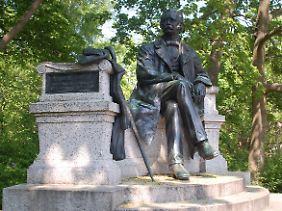 Das Denkmal am Fontaneplatz zeigt den Autor und Wanderer durch die Mark Brandenburg in lässiger Pose.