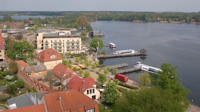 Die meisten Touristen zieht es in Neuruppin gleich an die Promenade - von hier aus starten die Fahrgastschiffe, aber auch Schwäne, Möwen und Haubentaucher lassen sich am Ufer des Ruppiner Sees beobachten.