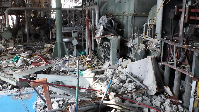 Beschädigte Anlagen und Rohrleitungen in der vierten Etage des Reaktorgebäudes 4.