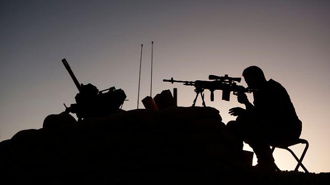 Ein US-Scharfschütze beobachtet Feindesland.