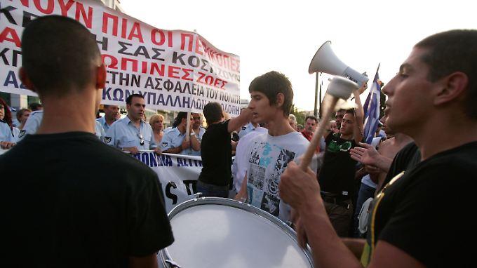 Die Proteste in Athen gegen das Sparprogramm gehen derweil weiter.