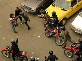 Sicherheitsbeamte attackieren einen Demonstranten.