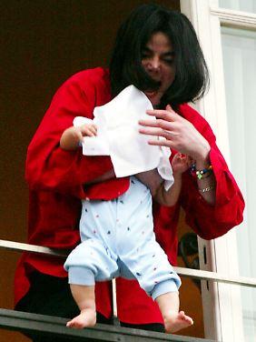 Ein Aufschrei des Entsetzens 2002 vor dem Berliner Edel-Hotel Adlon, als Jackson seinen damals neun Monate alten Sohn Prince Michael II. über die Balkonbrüstung hält.