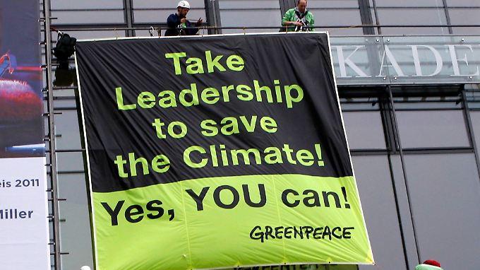 """Umweltschützer fordern an der Fassade der Berliner Akademie der Künste: """"Übernehmt Führung, um das Klima zu retten - Ja, Ihr schafft das."""""""