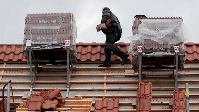 Dachdecker gelten als Hochrisikogruppe. Sie haben große Schwierigkeiten, überhaupt Versicherungsschutz zu bekommen.
