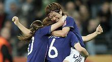 """""""Prachtnelken"""" in voller Blüte: Nahomi Kawasumi feiert ihr Tor zum 3:1 Endstand gegen enttäuschende Schwedinnen."""