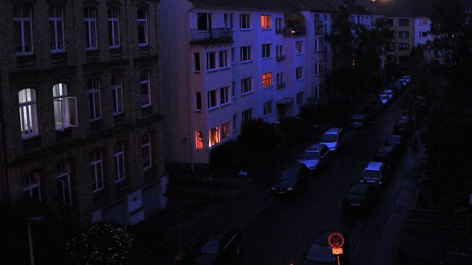 Stimmung wie zu Weihnachten: Schummriges Kerzenlicht fällt aus wenigen Fenstern einer Straße in Hannover.