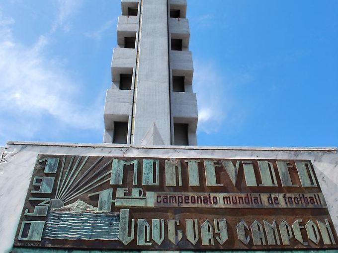 Der Turm ist das Wahrzeichen des Estadio Centenario in Montevideo. Eine Tafel erinnert an die erste Fußballweltmeisterschaft, die dort 1930 ausgetragen wurde.