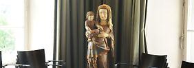 Eine geschnitzte Madonna mit Kind steht in einem Raum im Bischöflichen Generalvikariat in Hildesheim während der Pressekonferenz.