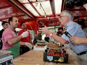 Sarrazin mit dem Kamerateam bei einem Gemüsehändler in Berlin-Kreuzberg