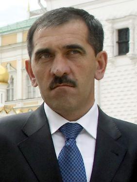 ... Inguschetiens Präsident Bek-Jewkurow liegt seit einem Bombenanschlag vor einer Woche im Koma.