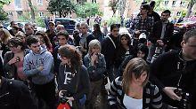 Schaulustige, Fans und Journalisten vor dem Haus der Sängerin in Camden.