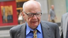 Rupert Murdoch betritt mit gesenktem Haupt seine Konzern-Zentrale.