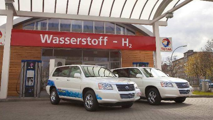 Im Toyota FCHV adv wird mit Hilfe des Wasserstoffs in der Brennstoffzelle Strom erzeugt. Der sorgt über einen Elektromotor für den Antrieb.