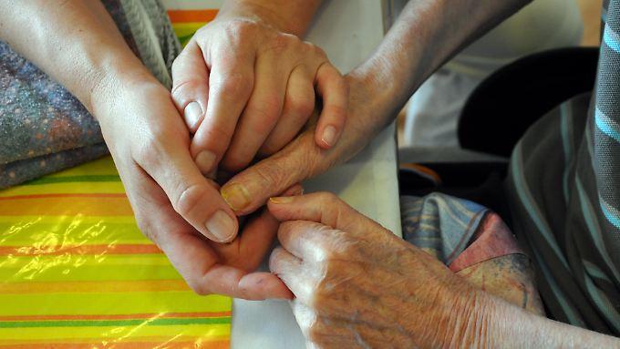 Alarmierender Fachkräftemangel: Bundesregierung verschiebt Pflegereform