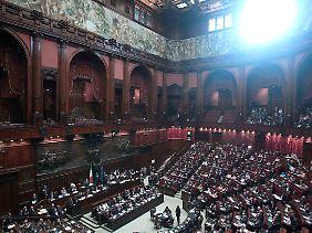 Berlusconi spricht in Rom.