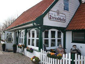 """Hotels gibt es in Arnis nicht, aber einige Gaststätten: Das """"Café und Restaurant Strandhalle"""" am Strandweg gehört dazu."""