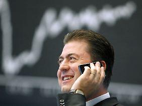 Finanzmarktexperte Robert Halver telefoniert auf dem Parkett der Börse in Frankfurt.