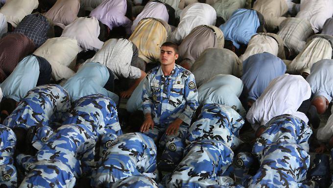 Gebet an Campus der Universität in Teheran.