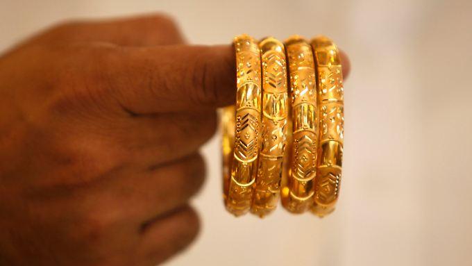 Ein Finger voll Gold: Wer ihn hat, kann sich bei den derzeitigen Preisen für das Edelmetall glücklich schätzen.