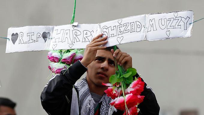 Ein junger Mann gedenkt in Birmingham der Getöteten.