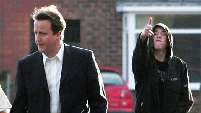 Premierminister David Cameron macht sich ein Bild von der Verwahrlosung seines Landes.