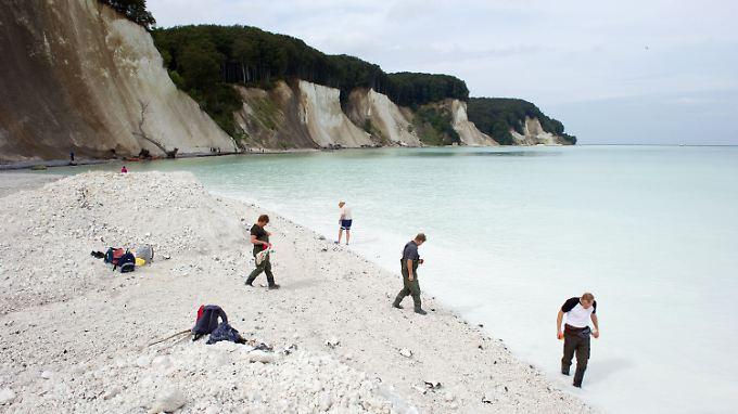 Die Kreidebrocken wurden bis zu 100 Meter weit in die Ostsee geschleudert und färbten das Wasser weiß.