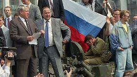 Boris Jelzin spricht von einem Panzer aus zu seinen Anhängern. (Bild vom 19. August 1991)