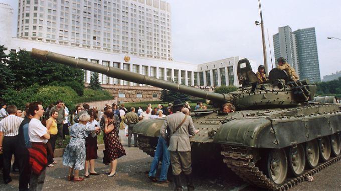 """Die Moskauer Bevölkerung leistet am 19. August 1991 Widerstand gegen einrollende Panzer der Roten Armee vor dem """"Weißen Haus""""."""