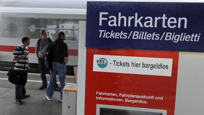 Bahnreisende sollten bei einem Defekt Standort und  Gerätenummer des Automaten notieren.