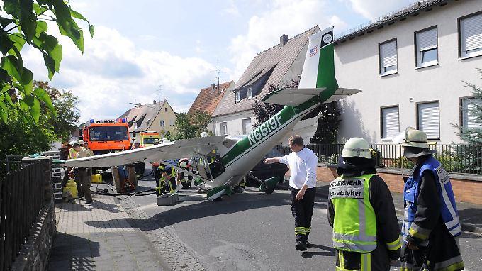 Dramatische Notlandung in Unterfranken: Sportflugzeug landet im Wohngebiet