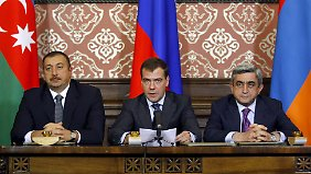 Medwedew (m.) sowie Alijew (l.) und Sargsjan (r.) bei dem Treffen auf Schloss Mayendorf außerhalb Moskaus.