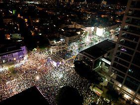 Die Demonstranten begehren gegen soziale Missstände auf.