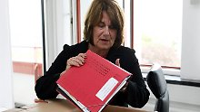 Die entlassene Bildungsministerin Ute Erdsiek-Rave beim Räumen ihres Büros in Kiel.