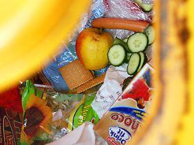 Täglich wandern auch in Deutschland tonnenweise Lebensmittel in den Müll.