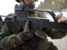 Ein Bundeswehrrekrut während einer Schießübung sein G36-Sturmgewehr von Heckler & Koch.