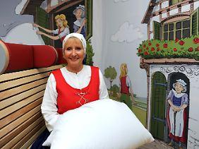 """Frau Holle"" im neuen Frau-Holle-Museum in Hessisch Lichtenau."