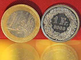 Die Schweizer Nationalbank (SNB) reagiert auf die jüngste Rekordjagd des Schweizer Franken und legt einen Mindestkurs zum Euro fest.