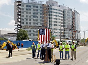 Solche Bilder braucht Obama: Der Präsident spricht zur Eröffnung eines Bauprojektes.