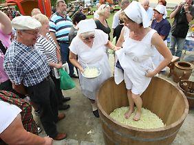 Sieht zwar neckisch aus, das traditionelle Sauerkrautstampfen, ist heute aber nicht mehr zeitgemäß.