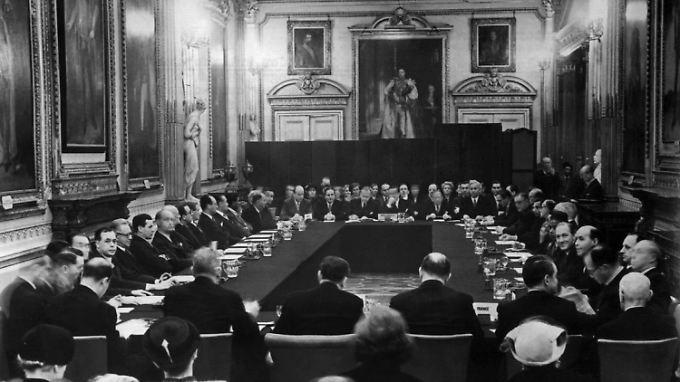 Unterzeichnung der Verträge zur Regelung der deutschen Auslandsschulden am 27. Februar 1953.