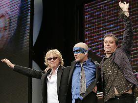 Mike Mills, Michael Stipe and Peter Buck im Juli 2005 beim Live 8 Concert im Hyde Park.