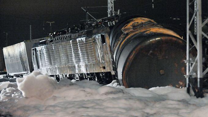 Die ausgebrannte Lokomotive eines Güterzugs und ein Kesselwagen stehen im Bahnhof Bleicherode-Ost inmitten eines Schaumteppichs.
