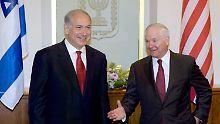 Benjamin Netanjahu (links) und Robert Gates (rechts) nehmen die Gespräche über den Frieden im Nahen Osten auf.
