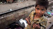 Straßenkind: der sieben Jahre alte Raju in Neu Delhi, Indien.