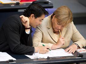 Wie steht es? Kanzlerin Merkel und Vize Rösler zählten während der Sitzung schon mal die Stimmen.