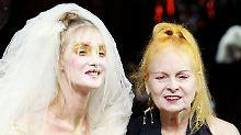 Vivienne Westwood mit einem Model.