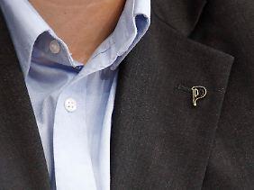 Parteichef Nerz trägt Hemd und Anzug - und das Piraten-Logo am Revers.