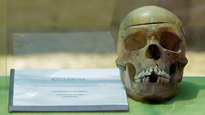 Einer der 20 Schädel aus Berlin wird in der Hauptstadt Windhuk gezeigt.